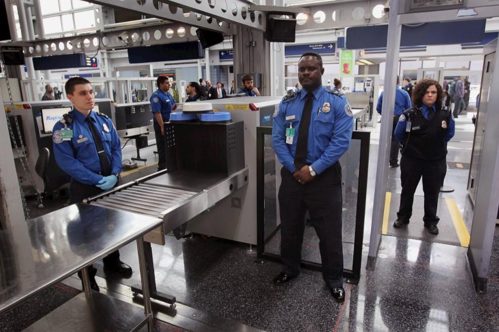 Đi qua cổng an ninh chúng ta cần lưu ý những điều gì?