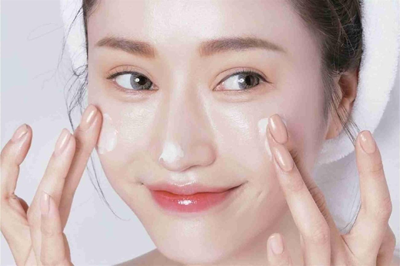 Dưỡng ẩm da vào ban đêm mang lại công dụng gì cho da mặt?