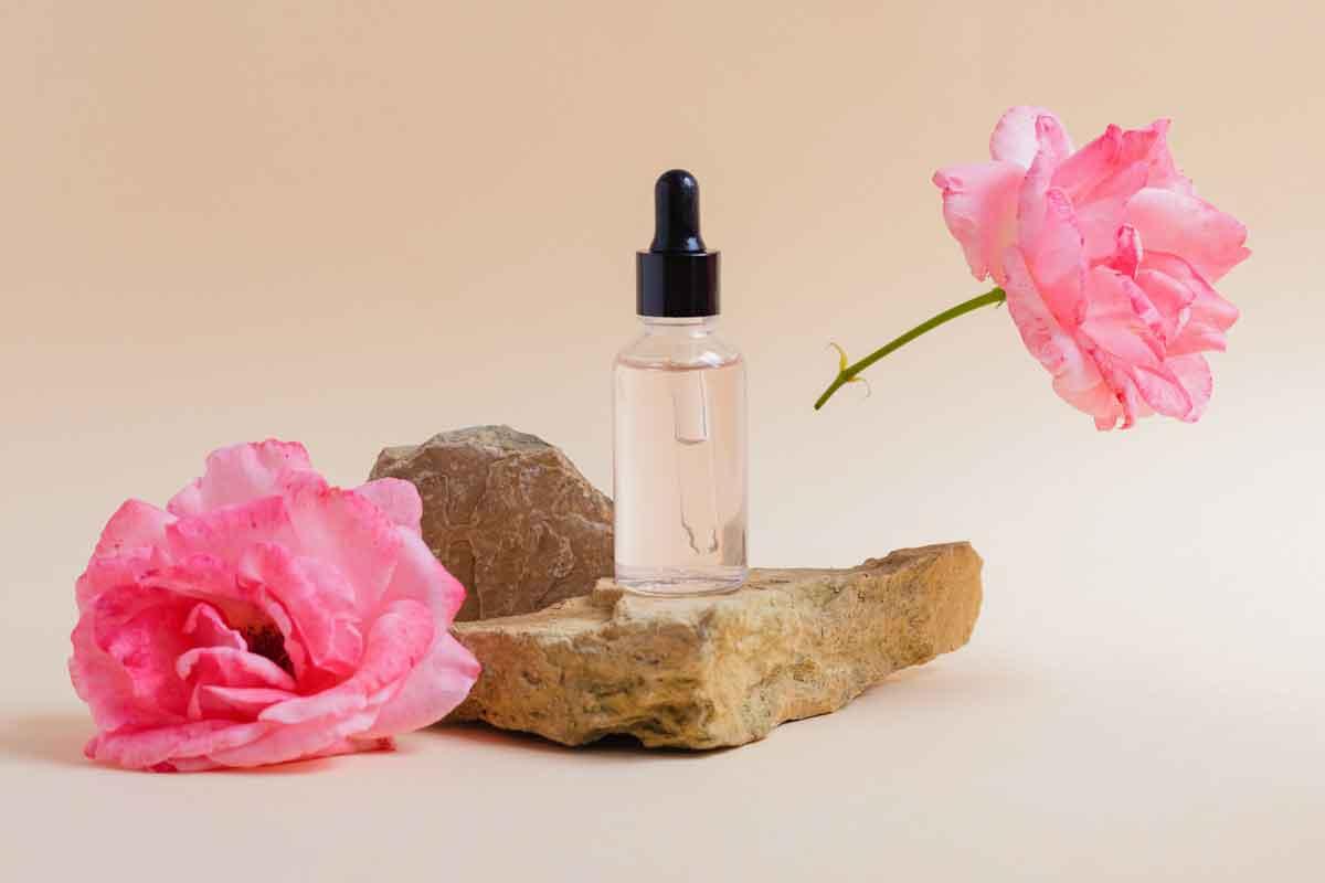 Một số điều mà phái đẹp cần quan tâm khi sử dụng nước hoa hồng