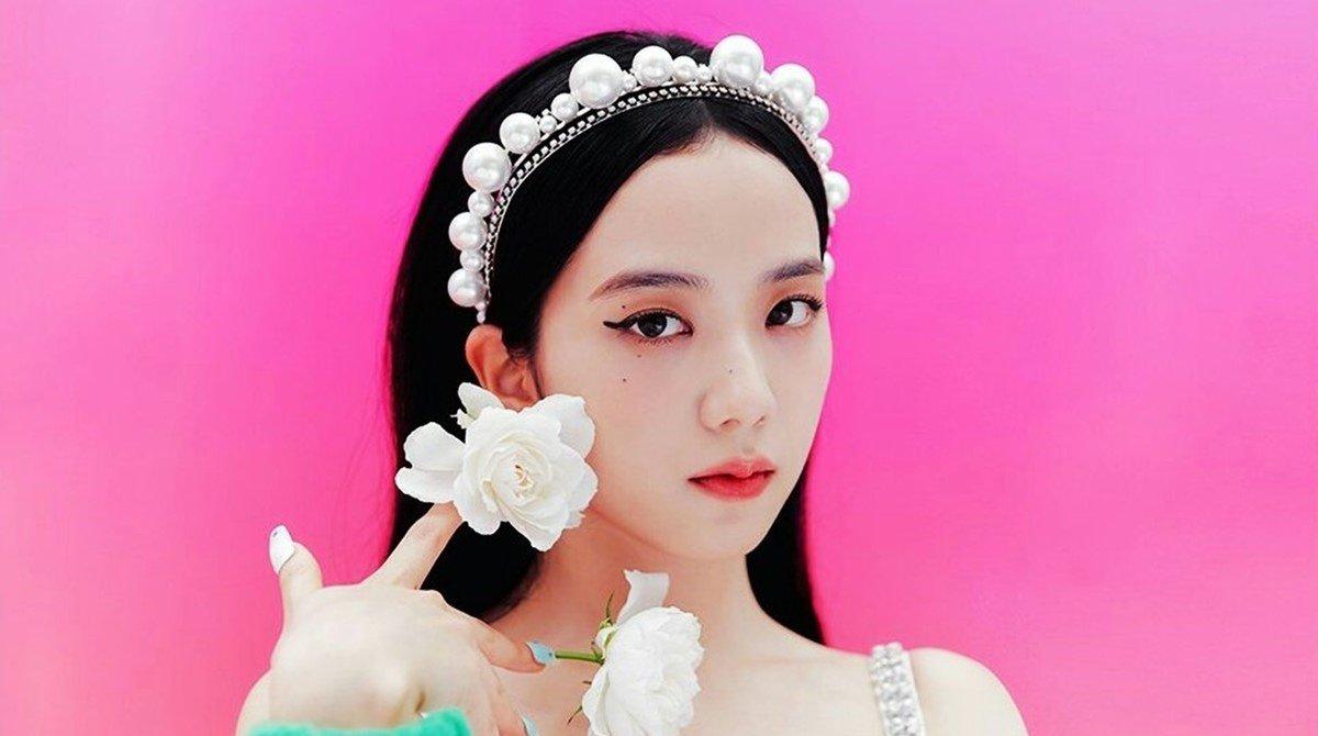 Nữ ca sĩ Jisoo thu hút khi diện mẫu váy của Dior