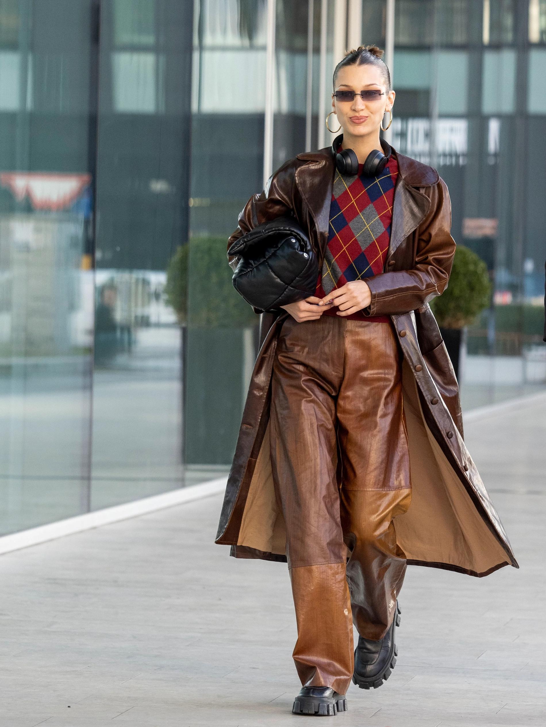 Bella Hadid 'hồi sinh' thời trang thập niên 2000