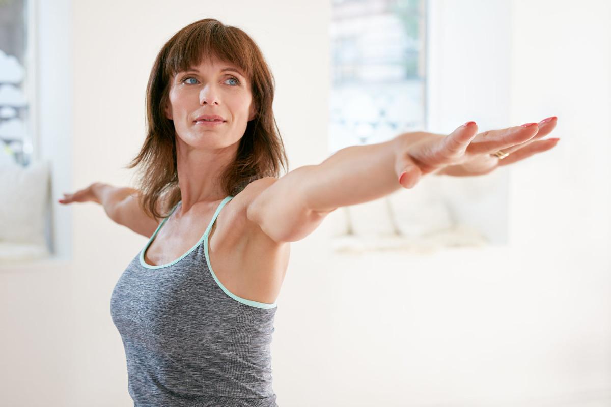 Học ngay động tác làm tan mỡ dưới cánh tay một cách nhanh chóng